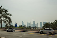 Siluets dei grattacieli e della strada nel Dubai Fotografie Stock Libere da Diritti