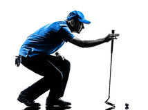 Siluetta accovacciantesi golfing del giocatore di golf dell'uomo Immagine Stock
