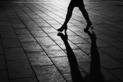 Siluetta ambulante della donna Fotografie Stock Libere da Diritti