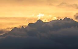 Siluetta arancio della catena montuosa Fotografia Stock Libera da Diritti