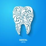 Siluetta astratta dei denti Simbolo bianco floreale decorato del dente su fondo blu Logo dentario dell'icona del segno della clin Fotografia Stock