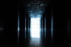 Siluetta astratta del corridoio vuoto in costruzione Immagini Stock