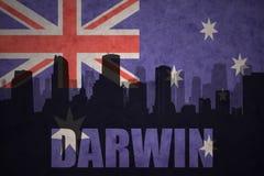 Siluetta astratta della città con il Darwin del testo alla bandiera australiana d'annata illustrazione di stock