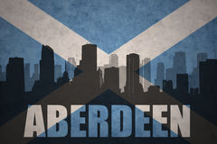 Siluetta astratta della città con testo Aberdeen alla bandiera d'annata della Scozia Immagini Stock Libere da Diritti
