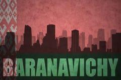 Siluetta astratta della città con testo Baranavichy alla bandiera d'annata della Bielorussia Fotografia Stock Libera da Diritti