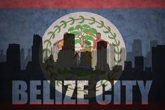 Siluetta astratta della città con testo Belize City alla bandiera d'annata di Belize Fotografia Stock