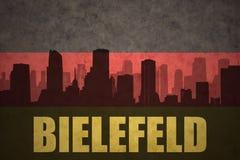 Siluetta astratta della città con testo Bielefeld alla bandiera tedesca d'annata Immagine Stock Libera da Diritti
