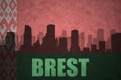 Siluetta astratta della città con testo Brest alla bandiera d'annata della Bielorussia Fotografia Stock Libera da Diritti