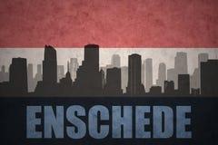 Siluetta astratta della città con testo Enschede alla bandiera olandese d'annata Fotografia Stock Libera da Diritti
