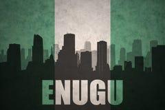 Siluetta astratta della città con testo Enugu alla bandiera nigeriana d'annata Fotografie Stock Libere da Diritti
