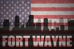 Siluetta astratta della città con testo Fort Wayne alla bandiera americana d'annata Immagini Stock
