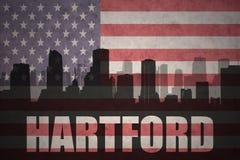 Siluetta astratta della città con testo Hartford alla bandiera americana d'annata Immagine Stock
