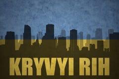 Siluetta astratta della città con testo Kryvyi Rih alla bandiera ucraina d'annata Fotografia Stock Libera da Diritti