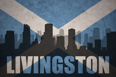 Siluetta astratta della città con testo Livingston alla bandiera d'annata della Scozia Immagine Stock Libera da Diritti