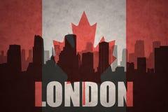 Siluetta astratta della città con testo Londra alla bandiera canadese d'annata Fotografia Stock