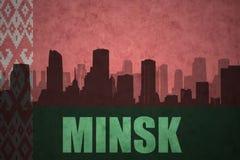 Siluetta astratta della città con testo Minsk alla bandiera d'annata della Bielorussia Immagini Stock