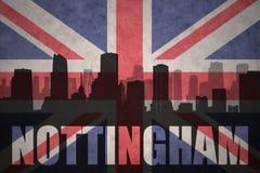 Siluetta astratta della città con testo Nottingham alla bandiera d'annata di britannici fotografie stock libere da diritti