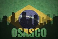 Siluetta astratta della città con testo Osasco alla bandiera brasiliana d'annata Immagine Stock