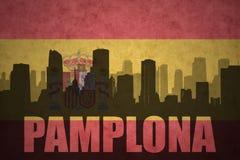 Siluetta astratta della città con testo Pamplona alla bandiera d'annata dello Spagnolo fotografie stock libere da diritti