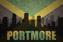 Siluetta astratta della città con testo Portmore alla bandiera giamaicana d'annata Fotografia Stock