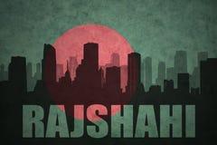 Siluetta astratta della città con testo Rajshahi alla bandiera d'annata della Bangladesh fotografia stock