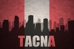 Siluetta astratta della città con testo Tacna alla bandiera peruviana d'annata Fotografia Stock