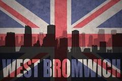Siluetta astratta della città con testo West Bromwich alla bandiera d'annata di britannici Fotografia Stock