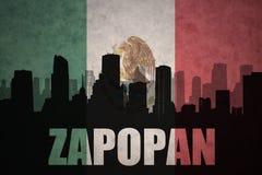 Siluetta astratta della città con testo Zapopan alla bandiera messicana d'annata Immagine Stock Libera da Diritti