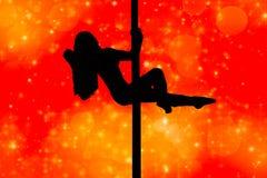 Siluetta attraente della ragazza che appende in un palo di dancing in una posa isolato su un fondo rosso con le luci royalty illustrazione gratis