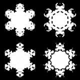 Siluetta bianca del fiocco di neve su fondo nero royalty illustrazione gratis