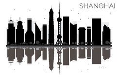Siluetta in bianco e nero dell'orizzonte della città di Shanghai con la riflessione Immagine Stock Libera da Diritti