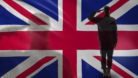 Siluetta britannica del soldato che saluta contro la bandiera nazionale, festa dell'indipendenza stock footage