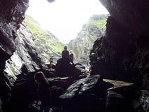 Siluetta in caverna Immagini Stock Libere da Diritti