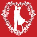 Siluetta che bacia la sposa e lo sposo Fotografia Stock