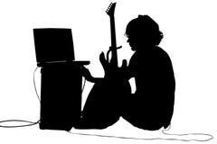 Siluetta con il percorso di residuo della potatura meccanica del ragazzo teenager con la chitarra Immagini Stock