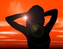 Siluetta con il percorso di residuo della potatura meccanica della donna contro il tramonto Fotografia Stock Libera da Diritti