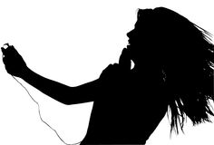 Siluetta con il percorso di residuo della potatura meccanica di teenager con il giocatore di musica di Digitahi fotografia stock libera da diritti