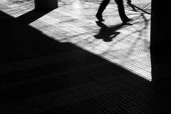 Siluetta confusa dell'ombra di una camminata dell'uomo Fotografie Stock
