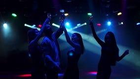 Siluetta degli adolescenti felici che ballano al partito stock footage