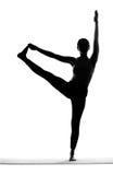 Siluetta degli esercizi di pratica di yoga della donna Immagine Stock