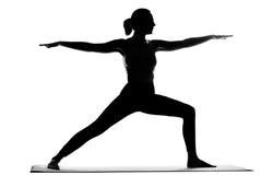 Siluetta degli esercizi di pratica di yoga della donna Fotografie Stock