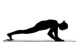Siluetta degli esercizi di pratica di yoga della donna Fotografia Stock