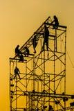 Siluetta degli operai sulla fase di montaggio di concerto Fotografia Stock Libera da Diritti