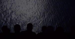 Siluetta degli spettatori nel cinema mentre guardando un documentario archivi video