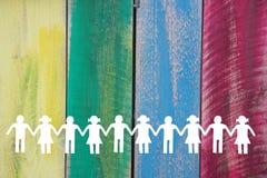 Siluetta dei bambini del Libro Bianco su fondo colorato di legno fotografia stock libera da diritti