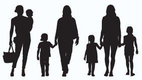 Siluetta dei bambini e della madre Fotografia Stock