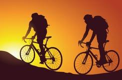 Siluetta dei ciclisti in mountain-bike Immagine Stock Libera da Diritti