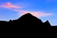 Siluetta dei picchi di montagna Fotografia Stock