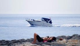 Siluetta dei womans e della barca Fotografia Stock