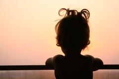Siluetta del bambino in finestra Immagini Stock Libere da Diritti